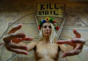 Полуголая активистка FEMEN бросилась навстречу патриарху Кириллу с криками  Изыди вон!