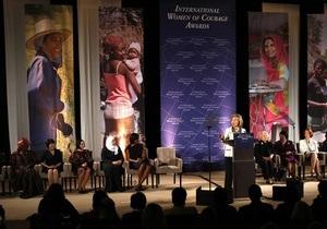 Клинтон вручила президенту Кыргызстана международную премию За мужество