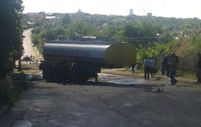 Под Винницей перевернулась цистерна с 15 тоннами топлива