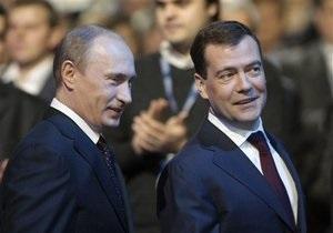 Опрос: Большинство россиян уверены в прочности тандема Медведев-Путин