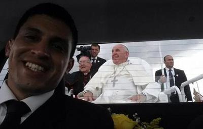 Водитель Папы стал звездой, сделав селфи в папамобиле