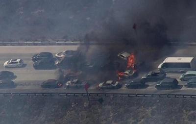 В США лесной пожар перекинулся на трассу, сгорели 20 машин
