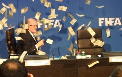Денежный дождь: Британский комик оригинально обвинил Блаттера в коррупции