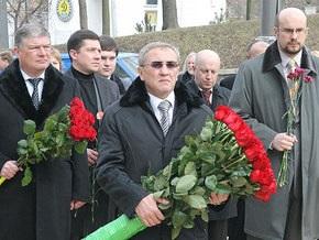 Черновецкий и зам Балоги возложили цветы к памятнику Чорновилу