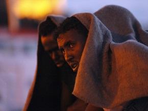 На судне, дрейфующем в Средиземном море, из-за нехватки воды погибли 75 мигрантов