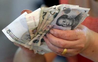 Китай знижує курс юаня третій день поспіль