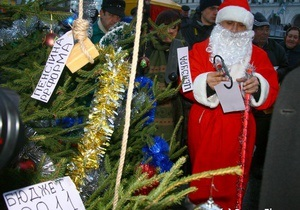 На Майдане пытались установить альтернативную елку с  подарками для народа