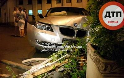 В Киеве 18-летний водитель BMW влетел в кафе: трое раненых