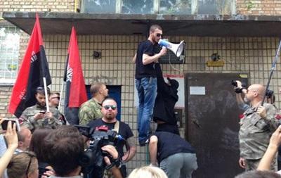 На месте убийства Бузины повесили доску в честь возможных убийц