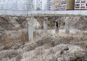 На месте скандальной стройки на Позняках жители хотят высадить елку