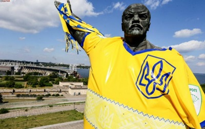 В Запорожье Ленина сделали футбольным фанатом
