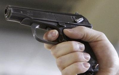 В Киеве мужчина угрожал прохожим пистолетом возле метро