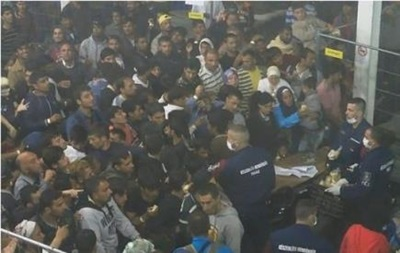 Обнародовано видео, как полиция Венгрии бросает мигрантам еду в толпу