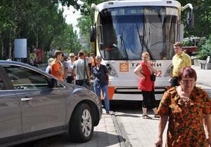 В Донецке пассажиры трамвая самостоятельно убрали авто, припаркованное на путях