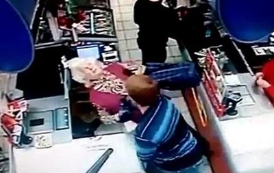 ИноСМИ шокировало видео, на котором россиянин ударил старушку