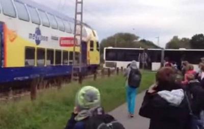 В Германии поезд врезался в школьный автобус