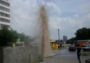 новости Киева - прорыв трубы - вода - Прорвало. В Киеве на массиве Радужный появился фонтан из кипятка