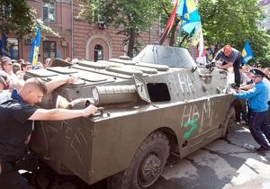 Свободовец, задержанный за избиение членов экипажа БРДМ 18 мая в Киеве, отпущен под залог