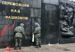 Во Львовской области памятник советским воинам разрисовали свастикой
