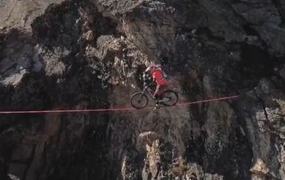Невероятный баланс: Экстремал проехал по канату на высоте 2700 метров