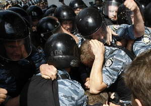 УДАР: В Черкассах милиция разогнала митинг против языкового закона, партийного активиста забрали в отделение