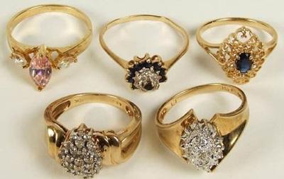 В России мужчина отдал судебным приставам более 100 золотых колец