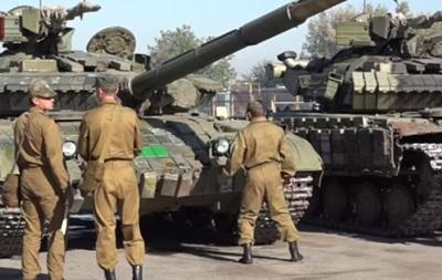 Опубликовано видео, как ЛНР отводит бронетехнику