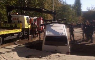 В Киеве микроавтобус провалился под землю