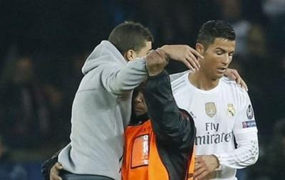 Обнять Роналду: Во время матча ПСЖ - Реал на поле выбежал болельщик