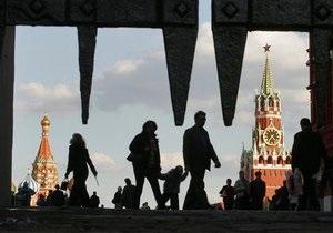 Женщина с детьми заперлась в машине возле Кремля, требуя встречи с Медведевым