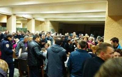 В Харькове возникли очереди и потасовка из-за протоколов