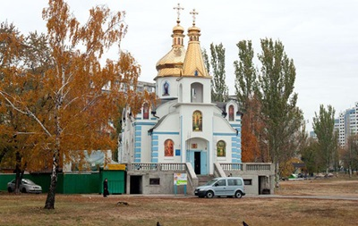 В Киеве прихожанка ранила священника ножом