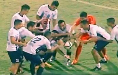 Магия: Футболисты заставили мяч зависнуть в воздухе на несколько секунд
