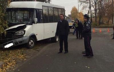 Под Киевом маршрутка врезалась в столб: пострадали семь человек
