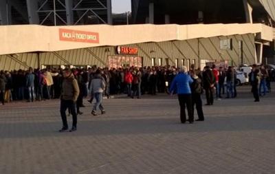 Сумбур и ожидание по 7 часов: Как во Львове билеты на сборную продают