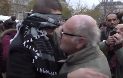 Обнимите меня. Мусульманин в Париже устроил акцию