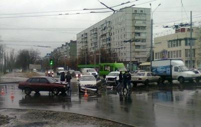 Видео ДТП в Харькове: пешеходы чудом спаслись