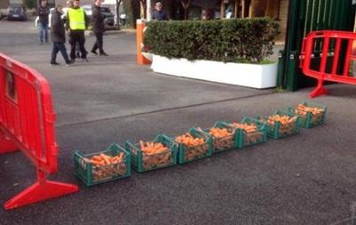 Фанаты Ромы пришли на тренировку команды с ящиками моркови