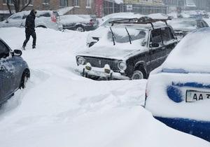 В КГГА заявили, что снег возле жилых домов начнут расчищать только на выходных