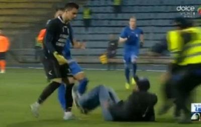 Болельщик напал на вратаря во время матча в Румынии