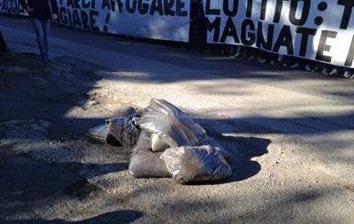 Фанаты Лацио на тренировку команды привезли мешки с навозом