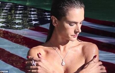 Алессандра Амбросио снялась топлес на фоне флага США