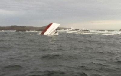 В Индонезии спасли 21 пассажира затонувшего судна