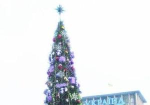 Новогоднюю елку в центре Киева украсили игрушками