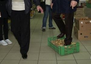 Ляшко растоптал ящик картошки в ровенском супермаркете