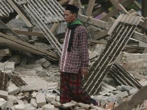 Жертвами землетрясения в Индонезии стали 64 человека