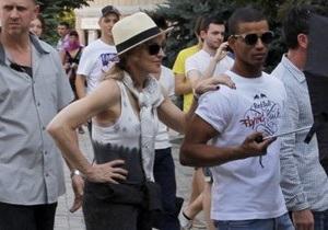Поклонники попытались подарить Мадонне флаги Украины и РФ во время саундчека