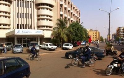 СМИ: Боевики захватили заложников в отеле в Буркина-Фасо