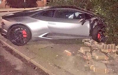 Нападающий Вест Хэма въехал на своем Lamborghini в забор частного дома