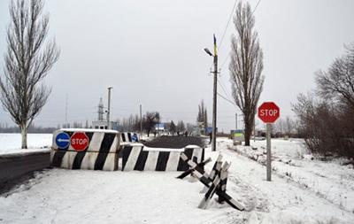 Под Мариуполем жители требуют убрать блокпост